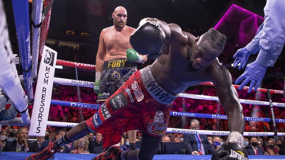 Tyson Fury rzuca na deski Deontaya Wildera w trakcie III walki