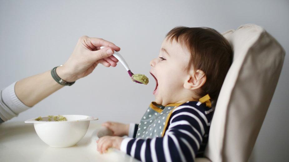 Krzesełko do karmienia dziecka – ważny mebel, niełatwy wybór