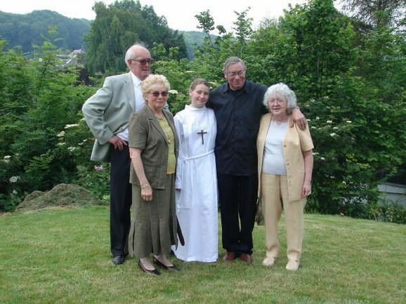 Navodna porodična fotografija