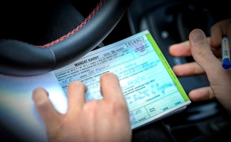 Kodeks drogowy mówi jasno - jazda na światłach mijania w dzień i przez cały rok jest w Polsce obowiązkowa. Ich brak wiąże się z mandatem w przypadku kontroli