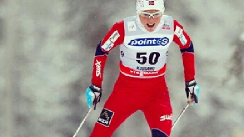 """Norweska Agencja Antydopingowa: Johaug nie jest niewinna Telewizja NRK zwróciła uwagę, że po kilku dniach ciszy agencja Antidoping Norge zaczęła się bawić w grę słów, motywując swoją decyzję przy użyciu słów zawodniczki, która przed tygodniem na konferencji prasowej uderzała pięścią w stół mówiąc dobitnie """"jestem bez winy"""" i """"udowodnię że jestem niewinna""""."""