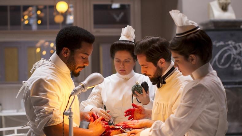 Akcja serialu osadzona jest w Nowym Jorku, w szpitalu Knickerbocker, na początku XX wieku, gdy nie istniały antybiotyki, a umieralność pacjentów była zatrważająco wysoka.