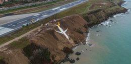 Samolot zjechał z pasa startowego i zsunął się z klifu. Na pokładzie było 162 pasażerów