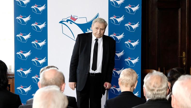 """Andrzej Grabowski jako Prezes w filmie """"Polityka"""" Patryka Vegi"""