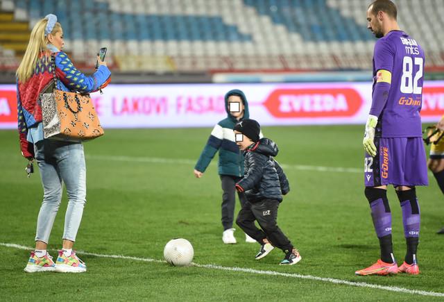 Porodica Borjan na igralištu stadiona FK Crvena zvezda