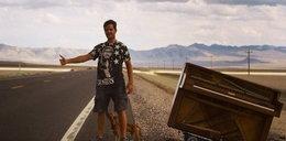 Rzucił pracę i ruszył w świat z pianinem
