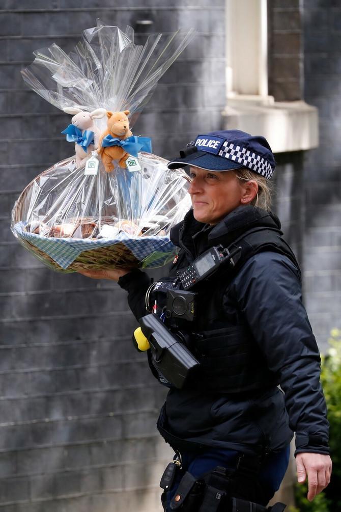 Policajka nosi poklon novorođenom sinu Borisa Džonsona