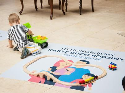 Karta Dużej Rodziny daje rodzinom wielodzietnym zniżki w ponad 10 tys. miejsc w Polsce