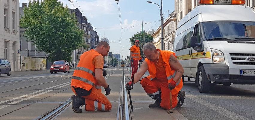 Alarm! Tak wyglądają tory tramwajowe na Piotrkowskiej w Łodzi. ZDiT uspokaja: - Nic to...