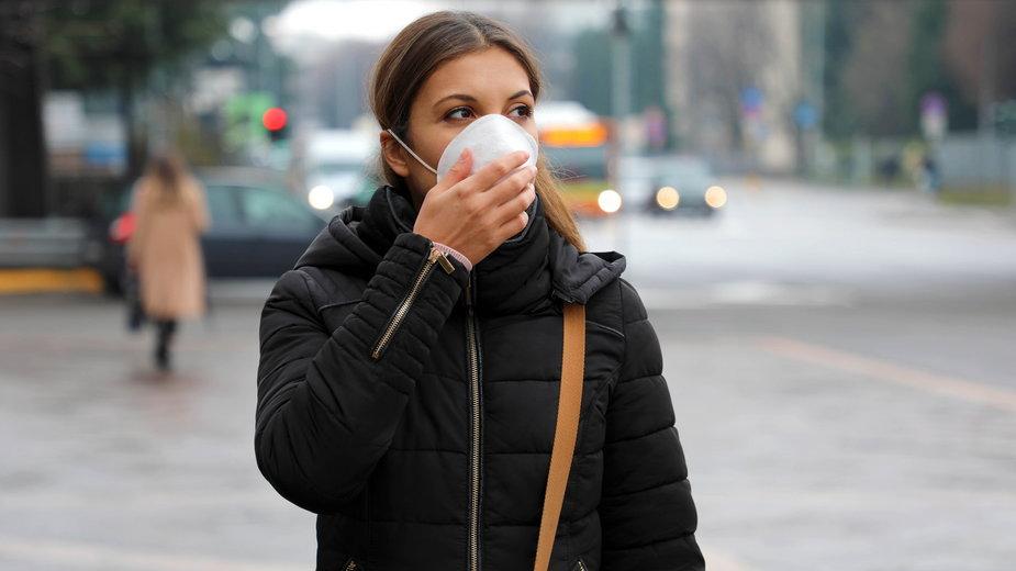 Koronawirus i smog to podwójne zagrożenie. Jaka maska ochroni nas najskuteczniej?