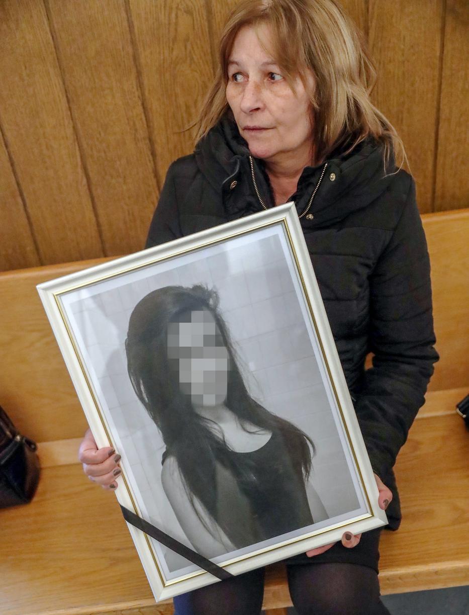 A meggyilkolt Csenge édesanyja összetört /Fotó: RAS Archív