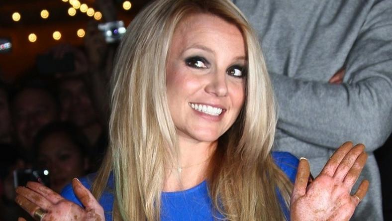 """Tylko na kontrakcie z programem """"X-Factor"""", w którym ocenia młode talenty, gwiazda zarobiła 15 milionów dolarów. Miliony przynoszą też sygnowane nazwiskiem Spears perfumy. Najmniejszą rolę w zarobkach wykonawczyni przeboju """"Gimme More"""" odegrała muzyka. Jej ostatni album """"Femme Fatale"""" sprzedał się w USA w zaledwie platynowym nakładzie"""