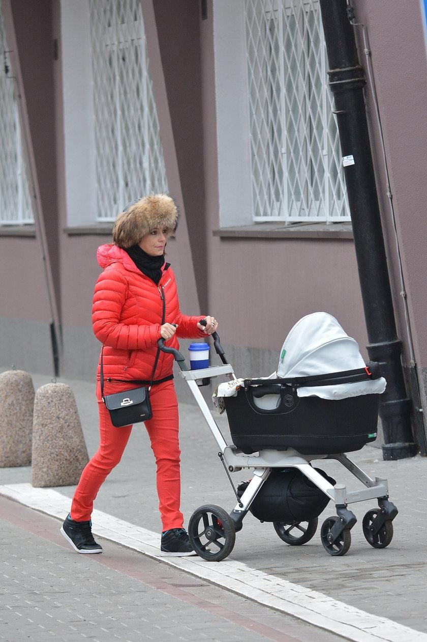 Anna Mucha z dzieckiem na spacerze