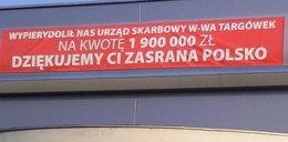 """FIAT o napisie """"ZASR...A POLSKO"""" na salonie firmowym"""