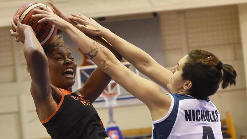 Laura Nicholls (P) z Wisły Can-Pack oraz Diandra Tchatchouang (L) z Bourges Basket podczas meczu koszykarskiej Euroligi kobiet, rozegranego w Krakowie