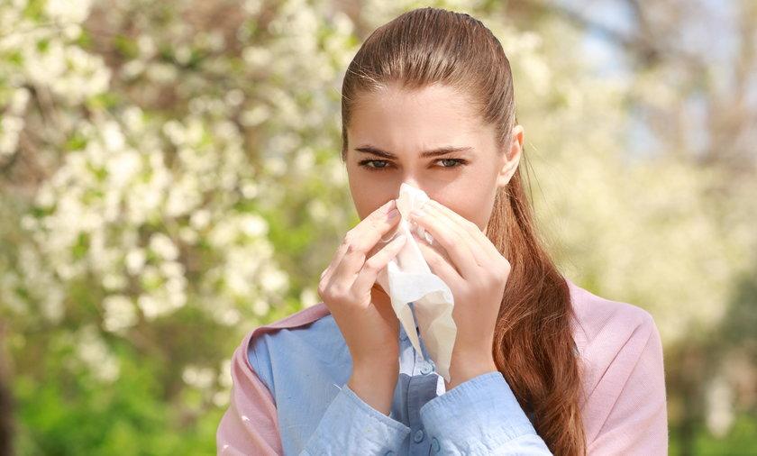 Dlaczego właśnie teraz dopadło mnie przeziębienie? Też zadajesz sobie to pytanie? Otóż gdy rozluźniły się pandemiczne obostrzenia, zwykłe i powszechne wirusy powodujące katar czy ból głowy, przeszły do ataku