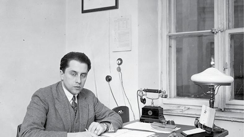 Tadeusz Romer, pracownik MSZ, w warszawskim gabinecie