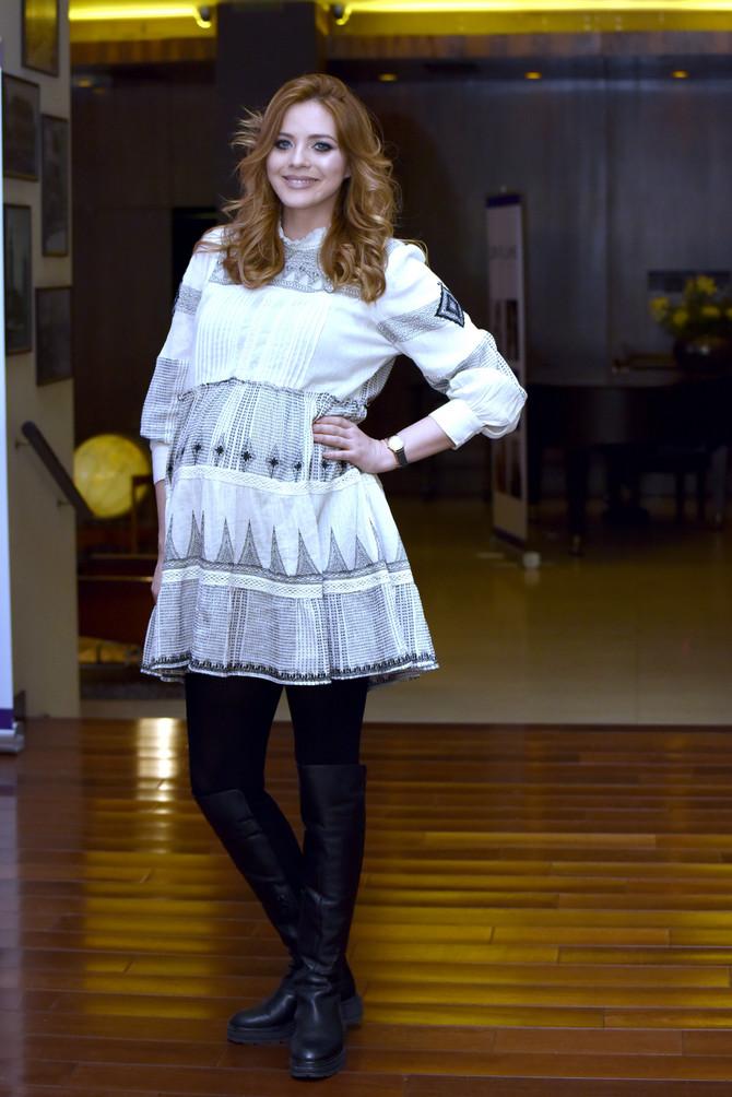 Nina je kratku široku haljinu nosila i na jučerašnjoj premijeri filma