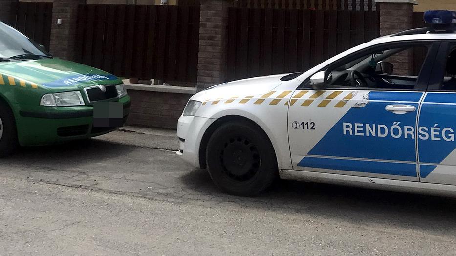 Tiszakanyáron rendőrök őrzik a traktoros házát / Fotó: Pozsonyi Zita