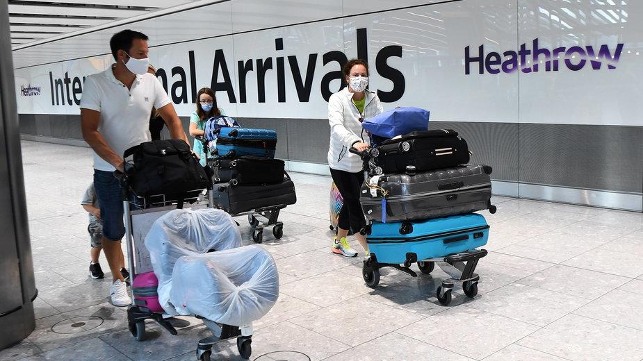 Pasażerowie na lotnisku Heathrow w Londynie