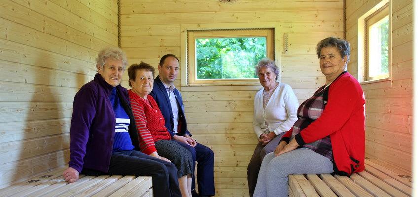 Seniorki z Łączek zachwycone pomysłem wójta. Wchodzą dla zdrowia do... ula