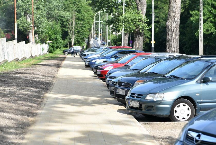 Na ulicy Źródłowej w Łodzi zbudowali nowy chodnik i parking dla kilkunastu aut