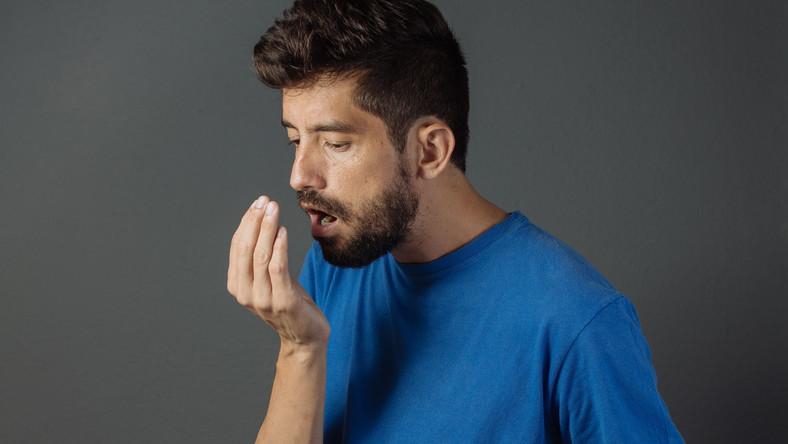 W większości przypadków przyczyną jest niewystarczająca lub błędna higiena jamy ustnej. Zęby powinniśmy myć min. 2 razy dziennie. Niestety nie zawsze stosujemy się do tych zaleceń. Efekt? Namnażające się na języku, zębach i policzkach kolonie bakterii produkują lotne związki siarki, którym towarzyszy zapach … zgniłych jaj. – Kiepska higiena prowadzi do namnażania się bakterii beztlenowych. Te z kolei ulegając rozpadowi uwalniają lotne związki siarki (VSC). Są to gazy pochodzące m.in. z białek śliny. Także zalegające w jamie ustnej resztki jedzenia fermentują i gniją w szczelinach, przestrzeniach międzyzębowych, na języku i policzkach. Pojawia się wtedy słodko kwaśny zapach zgniłych owoców – mówi lek. dent. Tomasz Łukasik z Dentim Clinic w Katowicach.