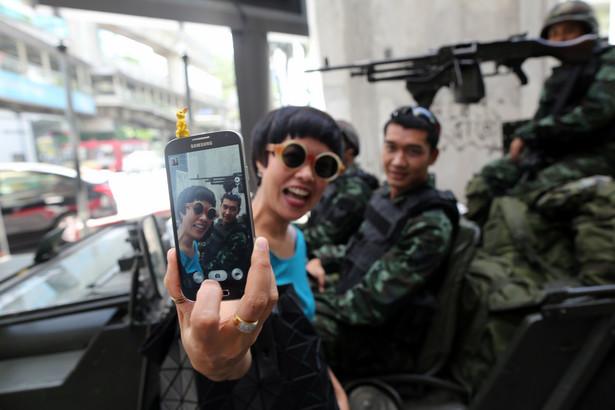 """Bangkok, Tajlandia. Kobieta robi sobie """"selfie"""" z żołnierzami królewskiej armii w centrum miasta"""