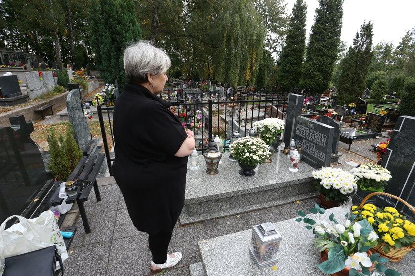 Mama Anny Przybylskiej nad grobem córki