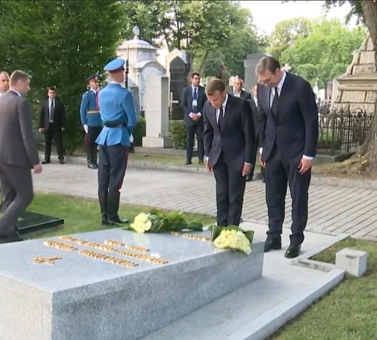 Vučić i Makron na grobu Milunke Savić