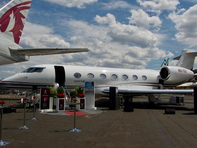 Gulfstream G500 linii lotniczych Qatar Executive na Farnborough International Airshow prezentuje się obok jednego z największych samolotów katarskiego przewoźnika - Boeinga 777-300ER