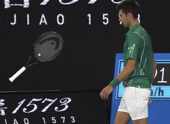 Novak Đoković baca reket tokom meča sa Raonićem