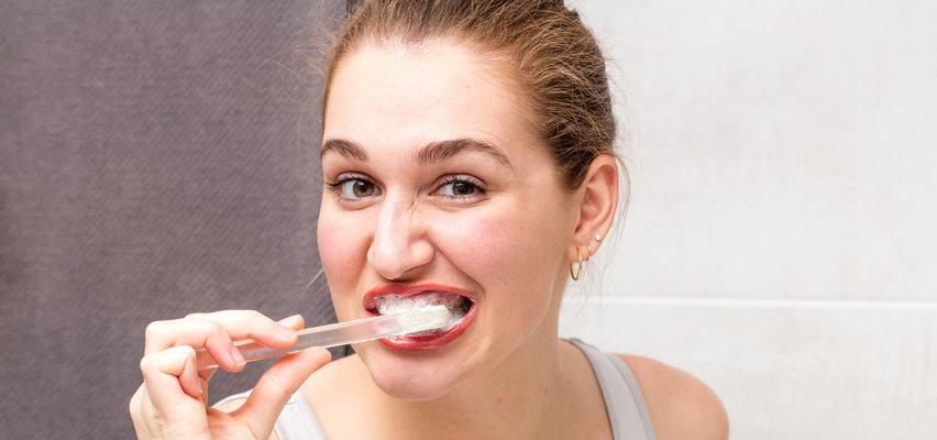 Też tak myjesz zęby? Jak większość dorosłych... robisz to źle!