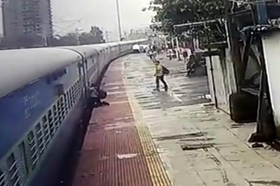 Hrabri policajac RIZIKOVAO ŽIVOT kako bi spasao čoveka koji je VISIO IZ VOZA i spasao ga sigurne smrti (VIDEO)