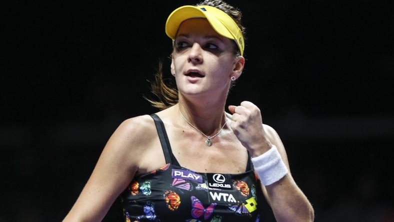 Firma Lotto tym razem ubrała naszą tenisistkę w czarną sukienkę w kolorowe motyle.