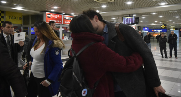 Srbe iz Vuhana su dočekali porodica i prijatelji, a pao je tu i koji poljubac