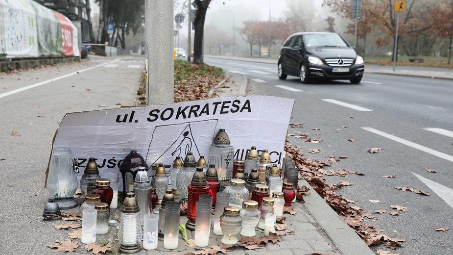 Warszawa, 23.10.2019. Znicze w pobliżu miejsca śmiertelnego wypadku przy przejściu dla pieszych na ulicy Sokratesa.