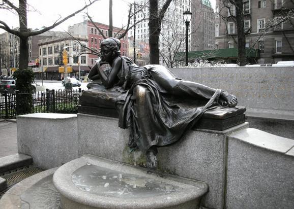 Skultpura američkog vajara Avgusta Lukmana ukrašava spomenik posvećen Isidoru i Idi Štraus u Njujorku. Kao model je poslužila Odri Manson