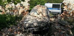 Audi jak czołg. Przebiło mur klasztoru