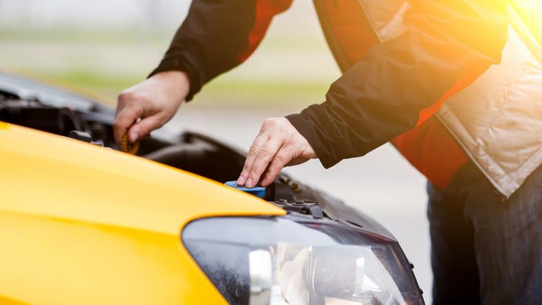 Mechanik sprawdza samochód