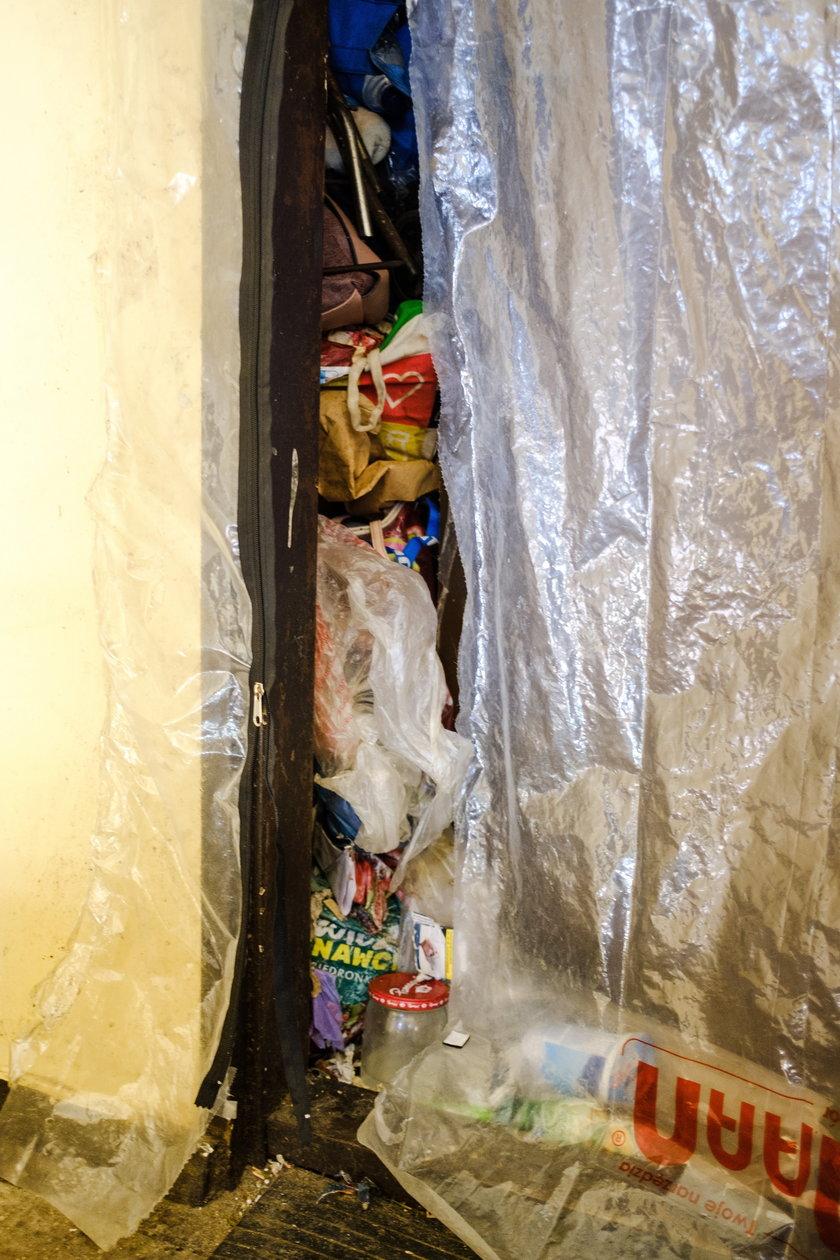 10 lat gromadziła śmieci w mieszkaniu. Teraz posprzątali jej dom