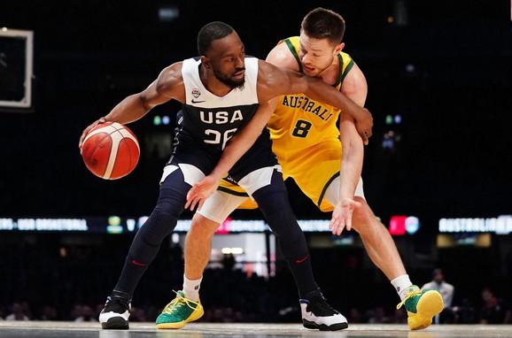 Kemba Voker i Metju Delavedova u duelu na meču Australija - SAD