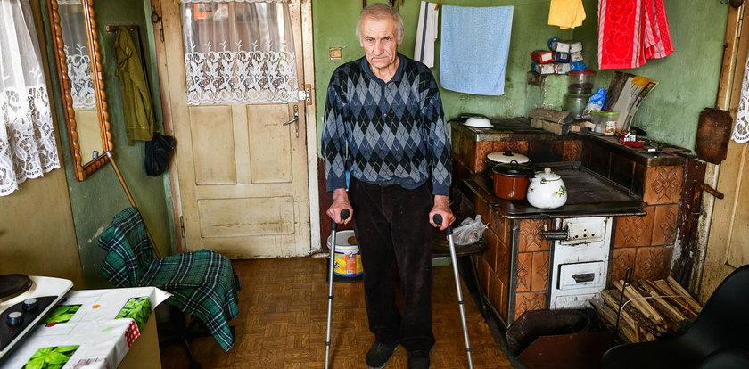 72-latek żyje w tragicznych warunkach. Jest odcięty od świata, a w domu nie ma bieżącej wody!