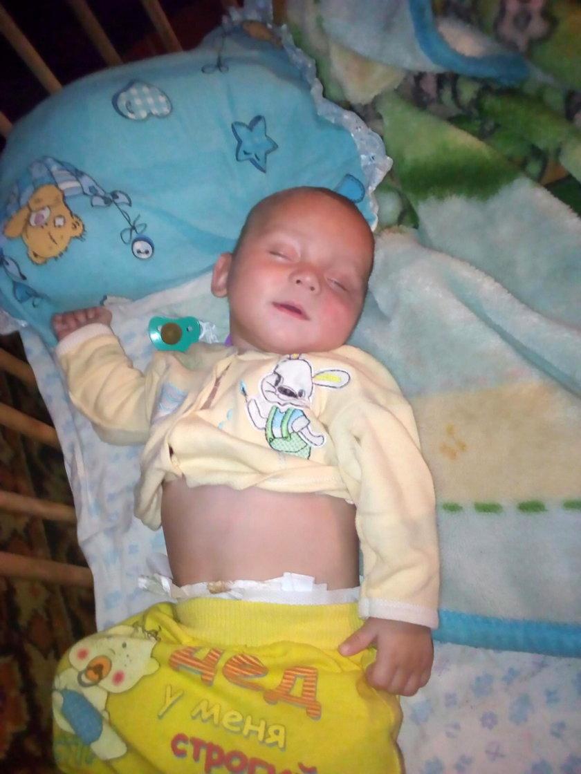 """Straszny los niemowlęcia w Szebiekinie. Matka """"usypiała"""" je wódką. Dziecko już się nie obudziło"""