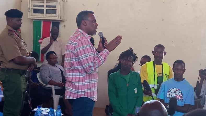 DPP Noordin Haji with residents of Kayole Estate during the Community Dialogue forum on Thursday (Twitter)