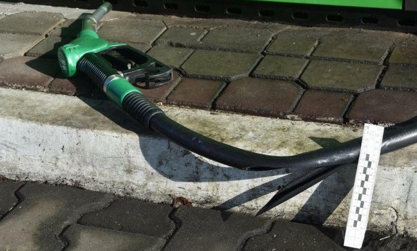 Uszkodzony wąż od dystrybutora paliwa