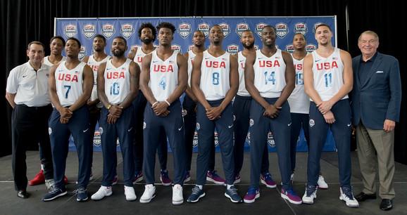 Džeri Kolanđelo (desno) sa košarkaškom reprezentacijom SAD