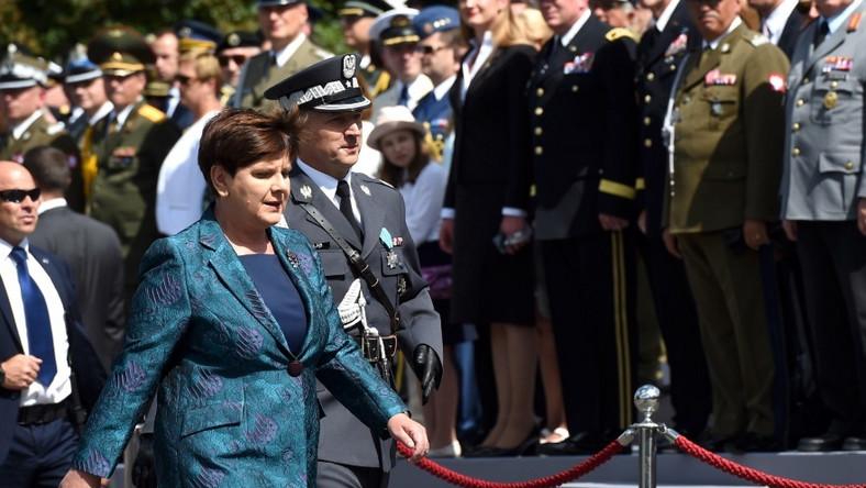 Szefowa rządu wystąpiła wczoraj z zupełnie innej, niż zwykle marynarce, która tworzyła komplet ze spodniami i bluzką. Tę stylizację Dorota Wróblewska nazwała mundurkiem i napisała w poście na Facebooku...