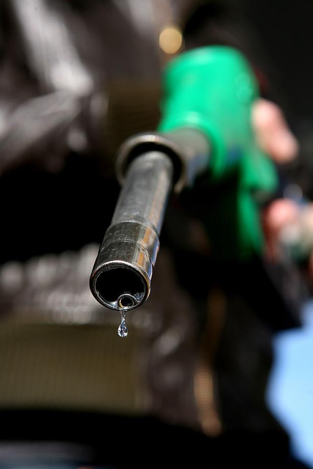 Kryzys naftowy Kryzys naftowy, określany też mianem kryzysu paliwowego, energetycznego lub szoku naftowego to kryzys gospodarczy w historii gospodarki, który rozpoczął się w roku 1973 i objął wszystkie kraje wysoko uprzemysłowione i uzależnione od ropy naftowej i wszystkie dziedziny gospodarki światowej. Kryzys został spowodowany przez gwałtowny wzrost cen ropy naftowej na rynkach światowych, wynikający z embarga (sankcji) państw zrzeszonych w OPEC zastosowanych wobec Stanów Zjednoczonych po wybuchu wojny izraelsko-arabskiej w 1973.