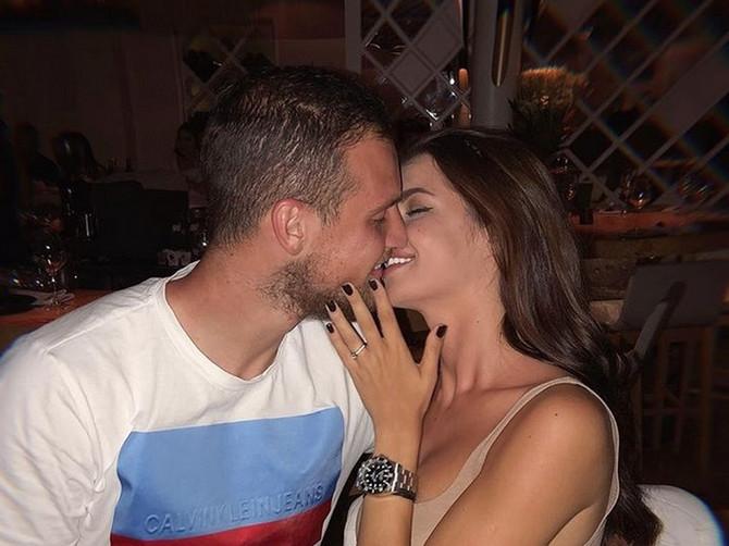 Prvu su Srbiju šokirali venčanjem, a sad vešću da postaju roditelji: Naša manekenka i golman blistaju od sreće- OTKRILI SU I POL BEBE